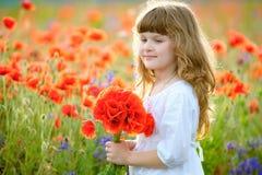 夏天画象与野花花束的一点秀丽孩子 免版税图库摄影