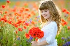 夏天画象有狂放的红色的一点秀丽孩子开花bouque 图库摄影