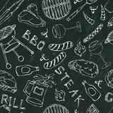 夏天BBQ格栅党的无缝的样式 红色,白色VineSteak,香肠,烤肉栅格,钳子,叉子玻璃  黑人委员会Backgr 免版税库存图片