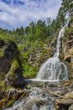 夏天Kamyshlinsky瀑布山风景在岩石的  免版税库存照片