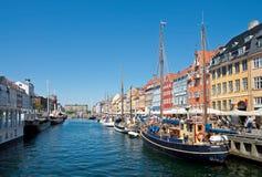 夏天Nyhavn旅游业 免版税库存照片