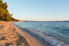 夏天Pebble海滩在Tucepi,克罗地亚 免版税库存照片
