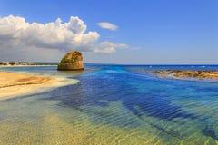 夏天Salento海岸:Torre梵语海滩(莱切) 意大利(普利亚) 免版税库存图片