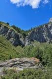 夏天Shirlak瀑布山风景在岩石的 库存照片