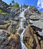 夏天Shirlak瀑布山风景在阿尔泰的岩石的 库存照片