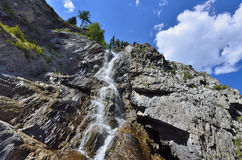夏天Shirlak瀑布山风景在阿尔泰的岩石的 免版税库存图片