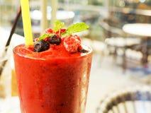 夏天thirst-quenching饮料用红草莓汁 图库摄影