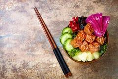 夏威夷三文鱼戳有海草、西瓜萝卜、黄瓜、菠萝和芝麻籽的碗 复制空间 免版税库存图片