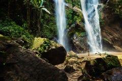 夏威夷妇女旅游激动由瀑布 免版税库存照片