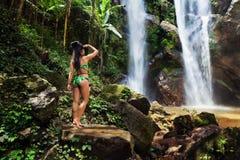 夏威夷妇女旅游激动由瀑布 免版税图库摄影