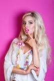 夏威夷服装的秀丽性感的妇女 有桃红色嘴唇和花首饰的白肤金发的妇女在桃红色背景 免版税库存图片
