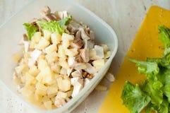 夏威夷沙拉的准备 切好的红润鸡胸脯用叶子菠萝沙拉、片断和被击碎的核桃 免版税库存图片