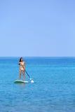 夏威夷海滩paddleboarding生活方式的妇女 免版税库存图片