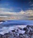 夏威夷海运向火山扔石头 库存照片