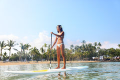 夏威夷海滩paddleboarding生活方式的妇女 库存图片