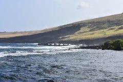 夏威夷的美丽的沿海海岸线与慢慢地碰撞在岸的波浪 免版税库存照片