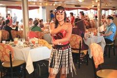 夏威夷舞蹈演员在正餐巡航执行 免版税库存照片