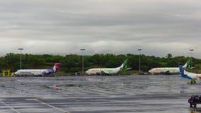 夏威夷航空公司波音717和喂空运货物波音737货轮停放了在檀香山机场围裙  图库摄影