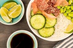 夏威夷金枪鱼戳碗用面条和Edamame豆 库存图片