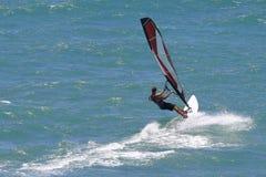 夏威夷风帆冲浪航行的风帆冲浪者 免版税库存照片