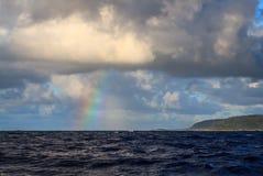 夏威夷从海洋的彩虹视图 库存图片
