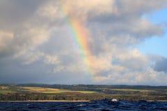 夏威夷从海洋的彩虹视图 免版税库存图片