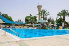 夏季的开头在儿童的游泳池的 免版税库存图片