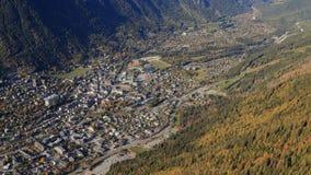 夏慕尼,夏慕尼Mont Blanc,上萨瓦省,法国,欧洲鸟瞰图  空中照片,滑翔伞的透视 免版税图库摄影