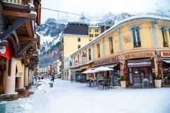 夏慕尼,法国- 2015年1月:酒吧和街道 免版税库存图片