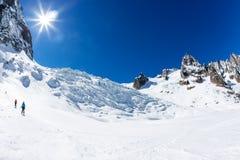 夏慕尼,法国- 2016年3月19日:一个小组滑雪者去下坡 库存照片