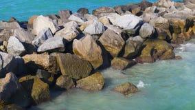 夏日迈阿密南海滩岩石码头海洋4k美国 股票录像