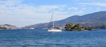 夏时停住在爱海湾色情海岛或Daskalio的一条美丽的风船在波罗斯岛海岛希腊附近 免版税图库摄影