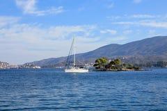 夏时停住在爱海湾色情海岛或Daskalio的一条美丽的风船在波罗斯岛海岛希腊附近 库存图片