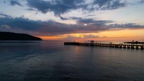夏时在热带海岛上的日落视图 免版税图库摄影