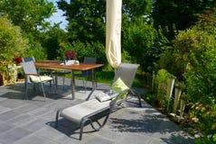 夏时庭院开花装饰植物家庭生活 免版税库存图片
