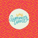 夏时手字法文本 与一个时髦90s孟菲斯样式的书法海报 免版税图库摄影