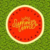 夏时手字法文本 书法海报,在一个时髦90s孟菲斯样式的西瓜 库存图片