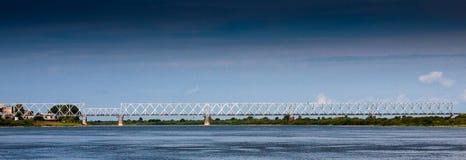 夏时桥梁威严风景的白天 库存图片