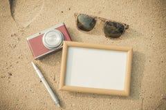 夏时概念、框架、照相机和玻璃 免版税库存图片