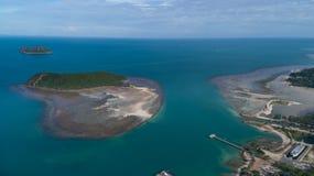 夏时的珊瑚礁明白蓝色海鸟瞰图在热带海岛上 库存图片
