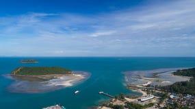 夏时的珊瑚礁明白蓝色海鸟瞰图在热带海岛上 图库摄影