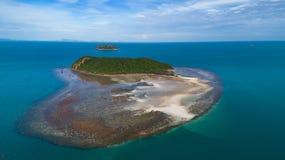 夏时的珊瑚礁明白蓝色海鸟瞰图在热带海岛上 免版税库存图片