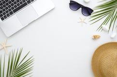 夏时舱内甲板位置 工作和旅行概念 休息、海、太阳、海滩和工作 从膝上型计算机,绿色叶子的框架 免版税库存图片