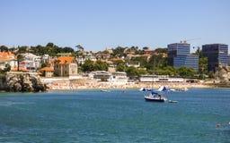 夏令时在卡斯卡伊斯-康塞桑海滩拥挤了与享用太阳的人 免版税库存图片
