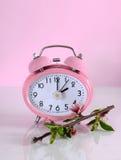 夏令时时间开始开始的时钟概念在春天 库存照片