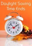 夏令时时间末端在秋天落与时钟概念和正文消息 免版税库存照片