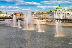 夏令时都市风景在俄罗斯莫斯科的首都 喷泉在河莫斯科 免版税库存图片