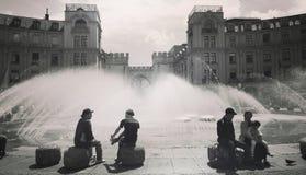 夏令时,喷泉的人们在Karlsplatz-Stachus在Mun 库存图片