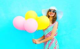 夏令时!塑造有空气五颜六色的气球的微笑的妇女 图库摄影