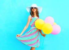 夏令时!塑造有空气五颜六色的气球的愉快的微笑的妇女 免版税库存照片